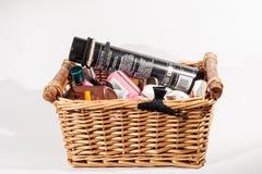 Una cesta de productos del cuidado de la belleza Foto de archivo