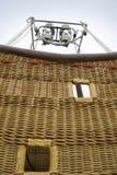 Una cesta del globo del aire caliente. Imagen de archivo