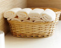 Una cesta del primer de toallas blancas puras Fotos de archivo libres de regalías