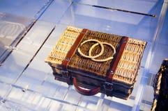 Una cesta delicada del vintage de CHANEL en la cultura Chanel Exhibition i 2013 Imagenes de archivo