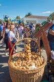 Una cesta grande con las cebollas en Luk-Lucas festival-justo regional imagen de archivo
