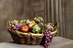 Cesta todavía de la fruta de vida Foto de archivo