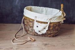 Una cesta para los juguetes hechos de los periódicos viejos Basura cero Fotos de archivo libres de regalías