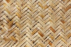 Una cesta tejida en un color natural Fotos de archivo