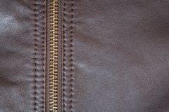 Una chaqueta de cuero del moreno elegante con una cremallera perfecta para los jinetes imagen de archivo
