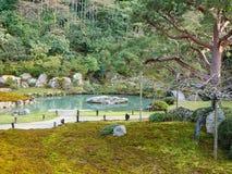 Una charca en un parque imagen de archivo