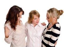 Una chiacchierata di tre amici della giovane donna Immagini Stock