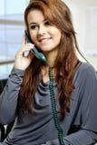 Una chiamata di telefono di risposta della giovane signora Fotografie Stock