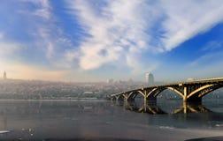 Una chiara mattina di inverno dal fiume con le viste di alta banca, Immagini Stock