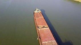Una chiatta del carico galleggia lungo il fiume Nave da carico Carico del porto fluviale Gru a torre nel porto archivi video