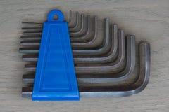 Una chiave a brugola di 10 pezzi messa in supporto blu Fondo grigio fotografie stock libere da diritti