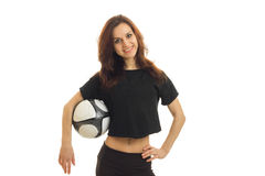 Una chica joven alegre en una camisa de deportes celebra la bola y la sonrisa Imagen de archivo libre de regalías