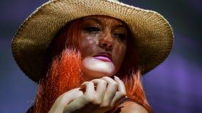 Una chica joven atractiva con el pelo rojo en sombrero Fotos de archivo