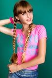 Una chica joven bonita en el fondo verde Imagen de archivo