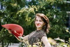 Una chica joven camina en un parque viejo fotografía de archivo libre de regalías