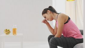 Una chica joven cansada de ejercicios físicos fue a descansar