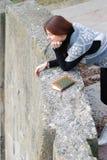 Una chica joven con el libro Imágenes de archivo libres de regalías