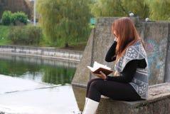 Una chica joven con el libro Foto de archivo