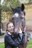 Una chica joven con un caballo Imagen de archivo libre de regalías