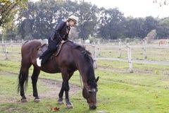 Una chica joven con un caballo Imágenes de archivo libres de regalías