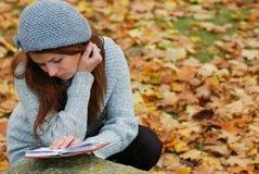 Una chica joven con un libro Imágenes de archivo libres de regalías