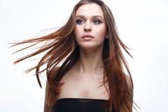 Una chica joven con un maquillaje clásico apacible y un pelo flojo Modelo hermoso con maquillaje desnudo y pelo recto Belleza de  Imagen de archivo