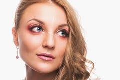 Una chica joven con un maquillaje hermoso y un pelo marrón claro Estudio tirado en el fondo blanco foto de archivo libre de regalías
