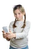 Una chica joven con un teléfono móvil Fotos de archivo