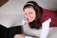 Una chica joven con un top del revestimiento en casa Imágenes de archivo libres de regalías