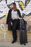 Una chica joven con una maleta Imagen de archivo libre de regalías