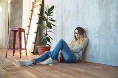 Una chica joven descansa en un cuarto acogedor fotografía de archivo libre de regalías