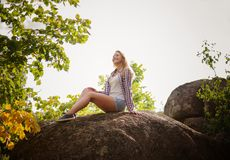 Una chica joven descansa sobre la naturaleza del movimiento urbano Forma de vida sana Fotografía de archivo libre de regalías