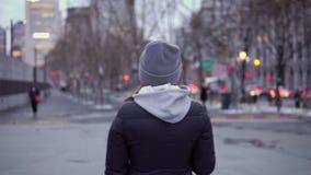Una chica joven en una chaqueta negra y paseos del sombrero alrededor de la Shangai hermosa almacen de video