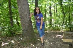 una chica joven en el bosque Imagenes de archivo