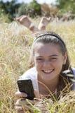 Una chica joven en el teléfono Foto de archivo libre de regalías