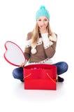 Una chica joven en un casquillo con los regalos Fotos de archivo libres de regalías