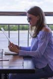 Una chica joven en un restaurante del verano Fotos de archivo