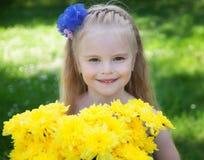 Una chica joven en una hierba verde Fotografía de archivo