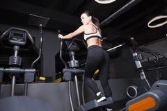 Una chica joven entra para los deportes en el gimnasio fotos de archivo