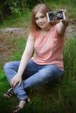 Una chica joven hace el selfie Fotografía de archivo