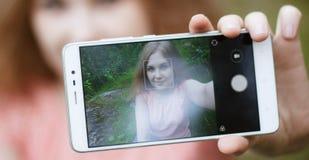 Una chica joven hace el selfie Imagen de archivo libre de regalías