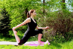 Una chica joven hace yoga Fotos de archivo libres de regalías