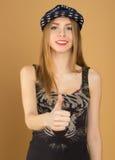 Una chica joven hermosa en gorra de béisbol Imágenes de archivo libres de regalías