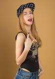 Una chica joven hermosa en gorra de béisbol Fotos de archivo