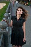 Una chica joven hermosa en parque de la tarde fotografía de archivo libre de regalías