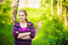 Una chica joven hermosa que se coloca en Forest Path R Fotos de archivo