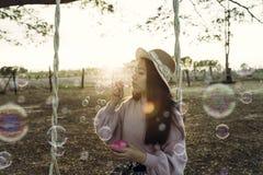 Una chica joven hermosa vestida en estilo del vintage Fotos de archivo libres de regalías