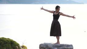 Una chica joven linda lanza sus brazos al lado y disfruta de su vida en la cámara lenta almacen de video