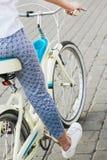 Una chica joven monta su bici Imagenes de archivo