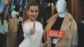 Una chica joven pone una etiqueta engomada en una cosa manicured almacen de metraje de vídeo